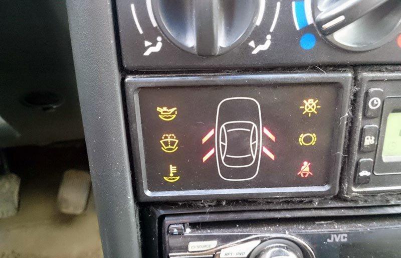 Бортовая система контроля на модели 2114 помогает водителю держать на контроле состояние основных систем автомобиля. Конкретно на «четырках» устанавливается система индикаторов с 7-ю лампами. Для проведения работ по восстановлению одной из отображаемых ламп нужна распиновка БСК ВАЗ 2114. В процессе эксплуатации автомобиля эти лампы могут вовремя предупредить водителя о возникших неполадках. Распиновка БСК ВАЗ 2114 В выключенном положении блок индикации никак не отображается на консоли с лампами. Как только водитель приступает к запуску двигателя и переводит ключ в положение включения зажигания, стартует тестовый режим всех приборов. Сами датчики при этом не работают. Звуковой сигнал от бортовой СК подается лишь при наличии неисправности. Спустя несколько секунд после запуска двигателя, если в одной из систем есть поломка, лампа будет моргать. После этого она перейдет в режим постоянной индикации и не исчезнет до момента устранения проблемы, либо выключения зажигания. На модели 2114 распиновка БСК включает 13 выходящих контактов. Фото с пронумерованными контактами позволит точно определить каждый выход. Расшифровка каждого из контактов представлена ниже: 1. Уровень масла двигателя. При недостаточном уровне загорается лампа. 2. Уровень охлаждающей жидкости в бачке. 3. Количество «омывайки». 4. Не пристёгнут ремень безопасности. 5. Износ тормозных колодок. 6. Открытая водительская дверь 7. Открытые пассажирские двери. 8. Электрическая цепь плафона подсветки салона. 9. Забытый ключ в замке зажигания. 10. Лампочки стоп-сигнала и габаритов. 11. Масса. 12. Не задействован. 13. Зажигание. Распиновка БСК на ВАЗ 2114 отличается от других моделей. К примеру, на модели 2110 и 2112 устанавливался БСК другого типа с индикацией каждой открытой двери. При наличии неисправности и неверного отображения сигналов (либо полного их отсутствия) распиновка бортовой системы контроля поможет точечно определить проблемное место. Работа электрика будет упрощена, если под рукой есть эта схема. 